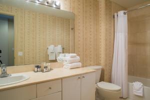A bathroom at DoubleTree by Hilton Ocean Point Resort - North Miami Beach