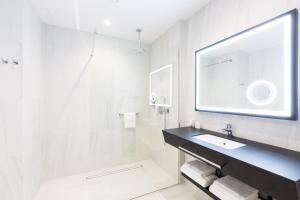 A bathroom at Grand Ascot Hotel
