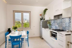A kitchen or kitchenette at SorrentoLife