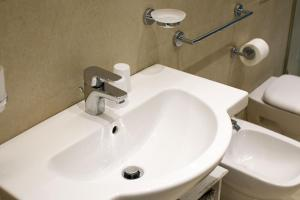A bathroom at SorrentoLife