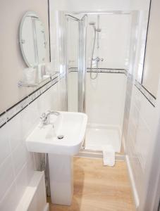 A bathroom at Claverton Hotel