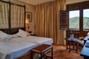 A bed or beds in a room at Parador de Sos del Rey Católico