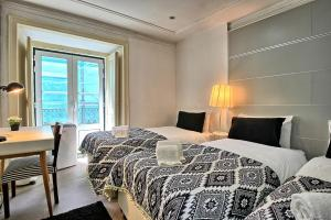 A bed or beds in a room at Bairro Alto Palace - Apartment for large groups