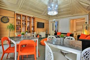 A restaurant or other place to eat at Bairro Alto Palace - Apartment for large groups