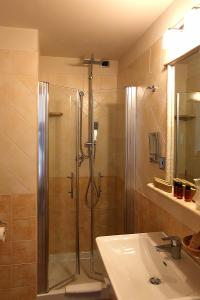 A bathroom at Hotel Villa Gustui Maris