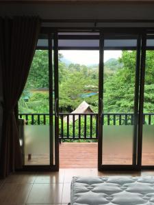 Ein Blick auf den Pool von der Unterkunft Thai Terrace Bungalow oder aus der Nähe