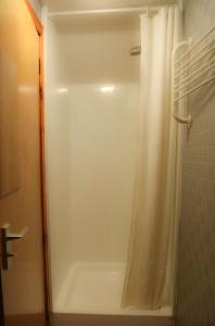 A bathroom at Henshire B&B