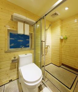 A bathroom at Guangzhou The Royal Garden Hotel