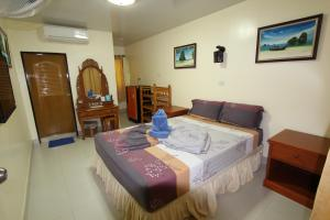 A bed or beds in a room at Harmony House