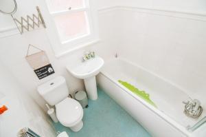 A bathroom at Rockingham House