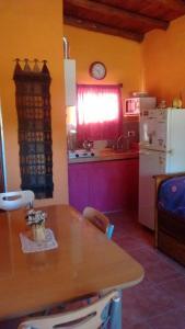 Una cocina o kitchenette en Cabañas Los Algarrobos