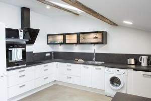 A kitchen or kitchenette at La Maison des Vendangeurs 2