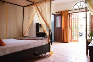 A bed or beds in a room at Villa Taprobane