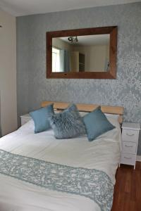 A bed or beds in a room at Boswell - Balcony Apartment