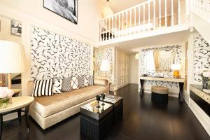 A seating area at Castille Paris – Starhotels Collezione