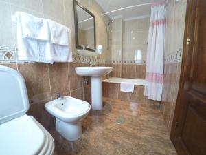 A bathroom at Hotel Alonso