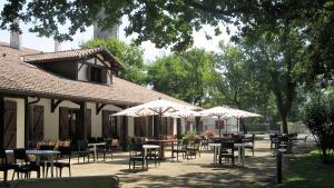 Restaurant ou autre lieu de restauration dans l'établissement Auberge des Pins