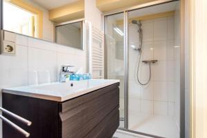 Een badkamer bij The Blue Stairs