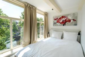 Een bed of bedden in een kamer bij The Blue Stairs