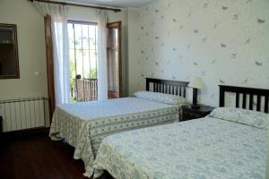 A bed or beds in a room at Hotel Rural La Peregrina