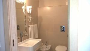 A bathroom at Abamar Hotel