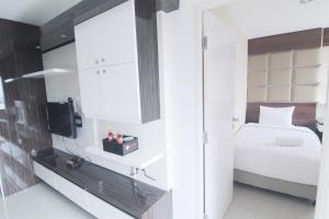 A kitchen or kitchenette at 2 BR Apartment Near Kota Kasablanka (Kokas) By Travelio