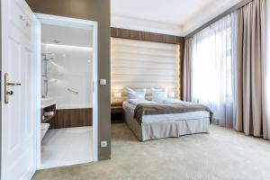 A bed or beds in a room at Hotel Elektor
