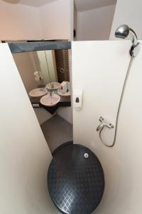 A bathroom at Quick Palace Pau Zénith