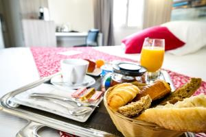 Breakfast options available to guests at Hôtel Saphir Lyon
