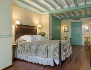A bed or beds in a room at Hotel Las Casas de la Judería