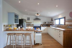 A kitchen or kitchenette at The Park at Mawgan Porth