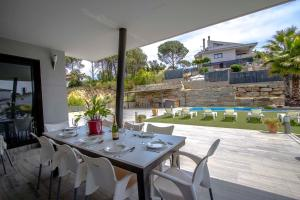 A restaurant or other place to eat at Villa Les Comes