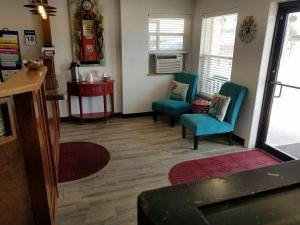 A seating area at West Plains Motel