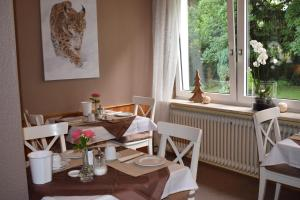 A restaurant or other place to eat at Pension Trautheim