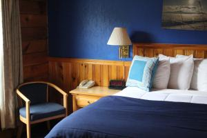 A bed or beds in a room at Stone Fence Resort