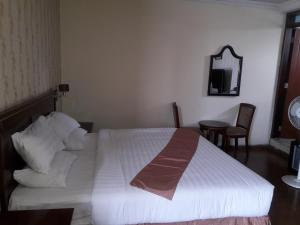 A bed or beds in a room at Hadmes Hotel