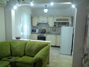 Кухня или мини-кухня в Apartment Na Sverdlova