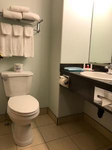 A bathroom at Super 8 by Wyndham Kindersley