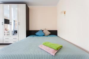 Кровать или кровати в номере Rental SPb Varshavskaya 43