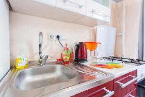 Кухня или мини-кухня в Rental SPb Varshavskaya 43