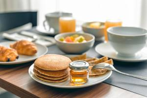 Breakfast options available to guests at Atrium Hôtel Valence Ville