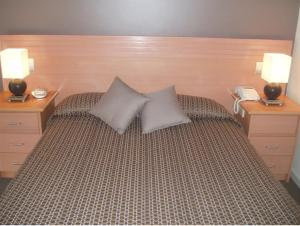 A bed or beds in a room at Keilor Motor Inn