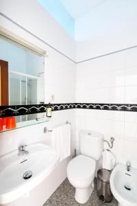 A bathroom at Pensao O Laranjeira