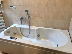 A bathroom at Hotel Ristorante Combolo