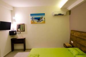 Un televizor și/sau centru de divertisment la Maestro Apartments Faliraki