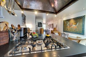 Een keuken of kitchenette bij Luxury Art Apt with terrace in Trastevere