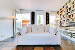 Een zitgedeelte bij Luxury Art Apt with terrace in Trastevere
