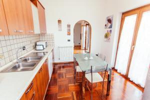 Cucina o angolo cottura di Domus Leonardo-Private Free Parking