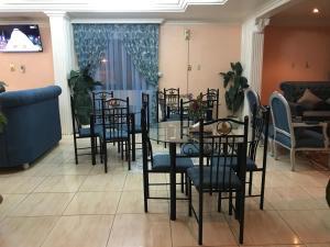 Um restaurante ou outro lugar para comer em Al Musafer Hotel Riyadh