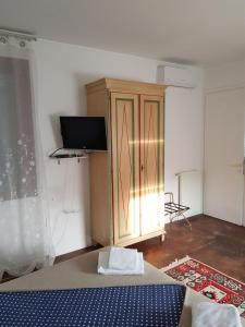 A television and/or entertainment centre at Butterfly Guest House